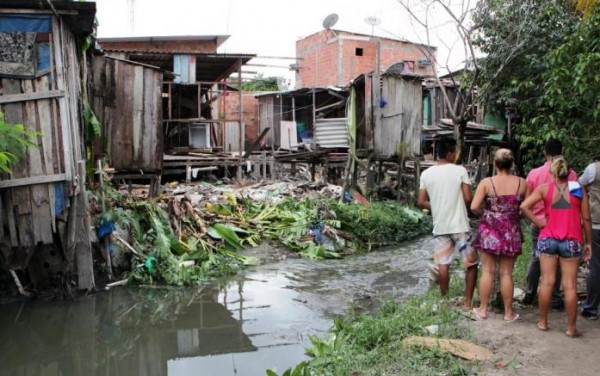 Famílias que moram em margem de igarapé no bairro Nossa Senhora de Fátima I aguardam indenização da Prefeitura de Manaus para deixar área