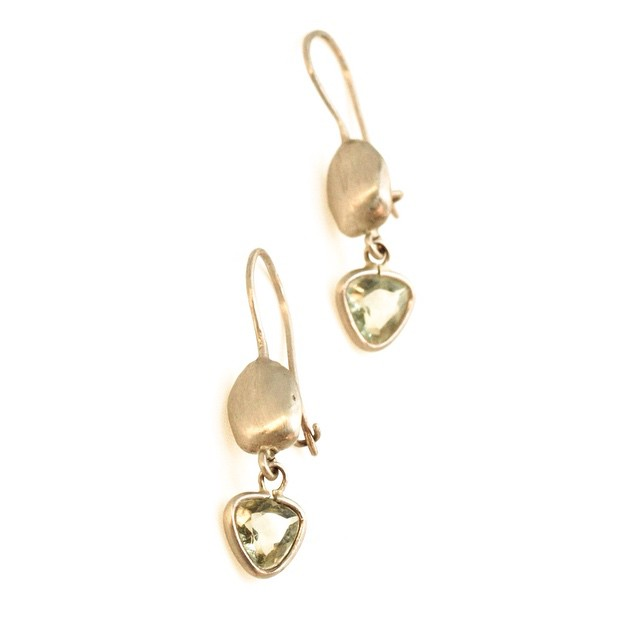 Carrob seeds earrings white gold green b