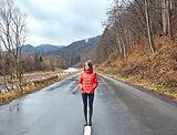 Девушка, стоящая в горной дороге