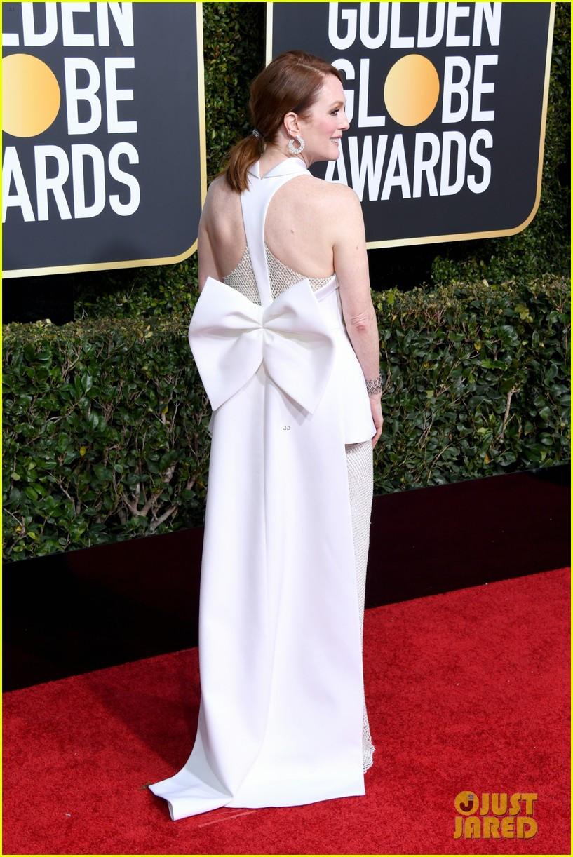ג'וליאן מור לובשת ג'יבנשי בטקס פרסי גלובוס הזהב