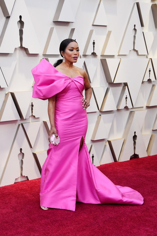 אנג'לה באסט לובשת רים אקרה בטקס פרסי האוסקר