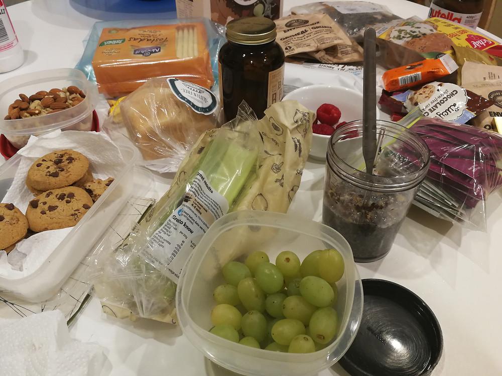 Foto de una variedad de alimentos sin gluten siendo preparados para las maletas.