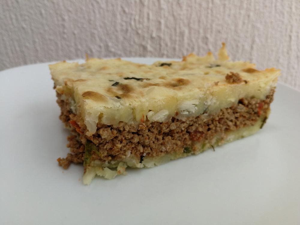 Foto de pastel de yuca y carne molida.