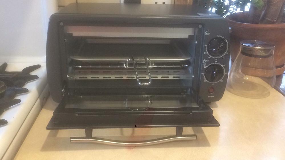 Foto: Horno tostador nuevo y limpio.