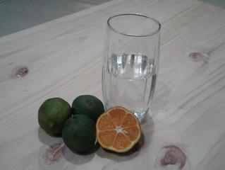 Agua tibia con limón en las mañanas