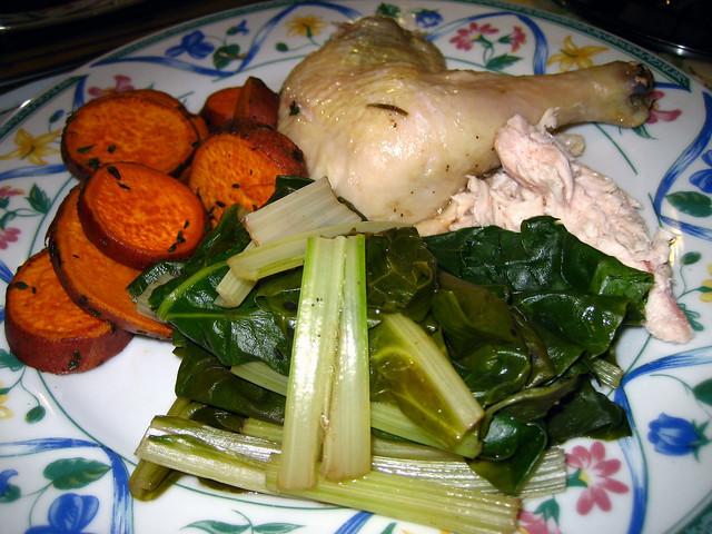 Foto de un plato con pollo y vegetales