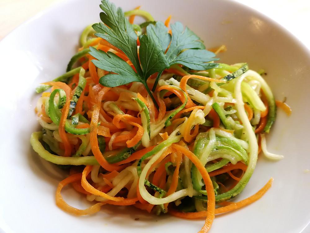 Foto de tiras de zucchini y zanahoria en un plato.