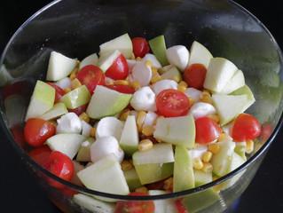 Ensalada de manzana verde, queso mozzarella y tomate cherry