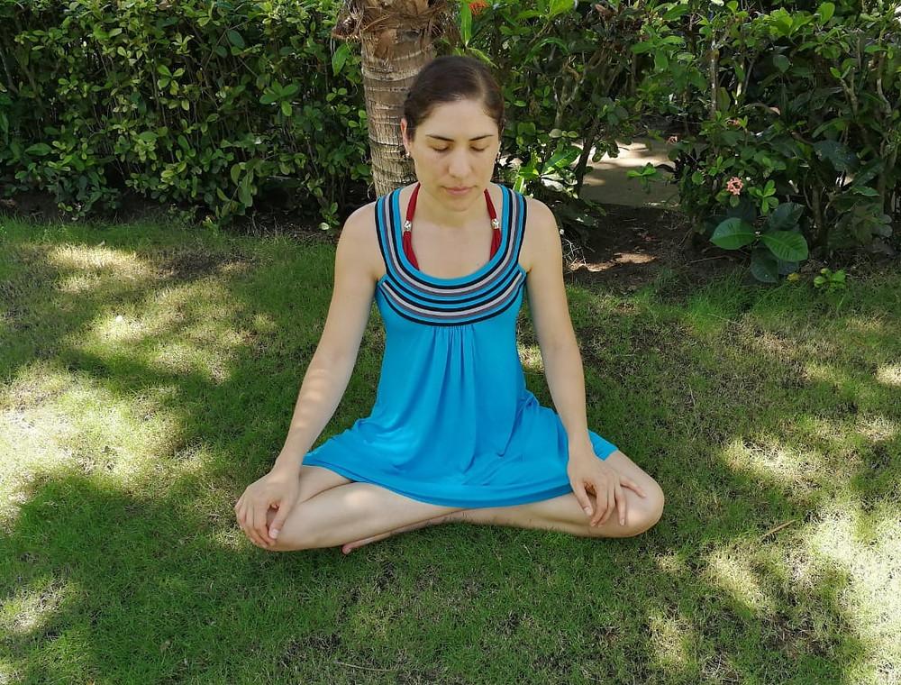 Melania meditando en el zacate