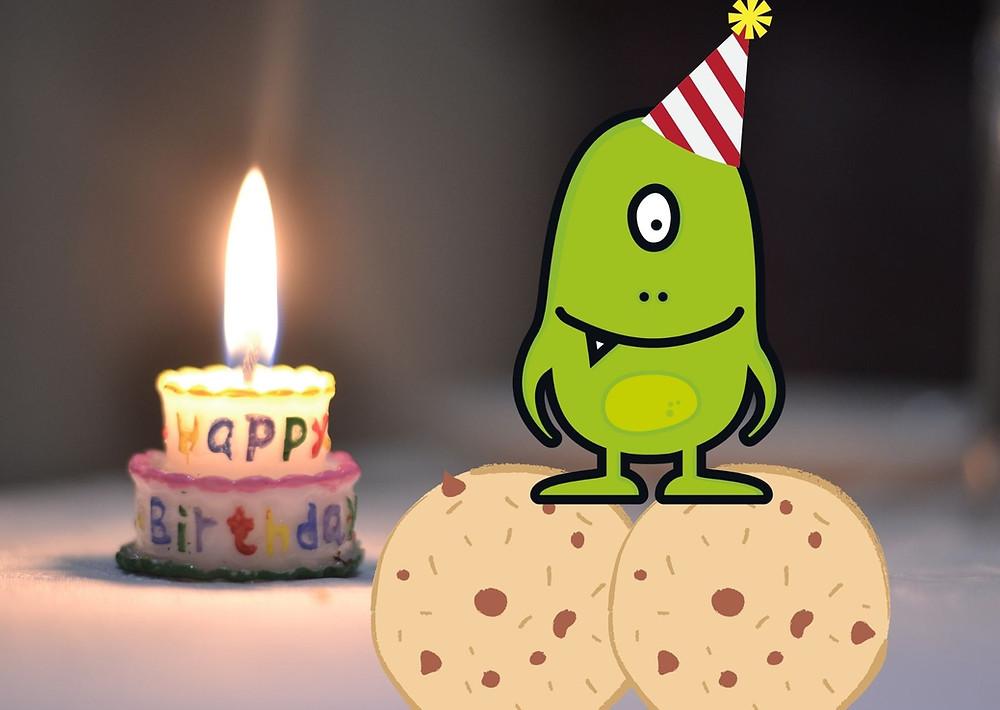 Foto de monstruo (Glutino) sobre dos galletas, con una candela de cumpleaños detrás.