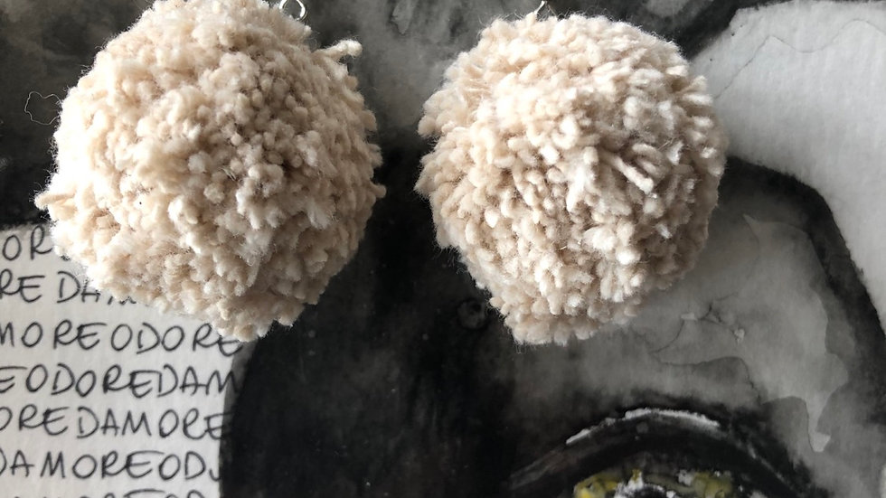 Oorringen Pompometjes gebroken wit