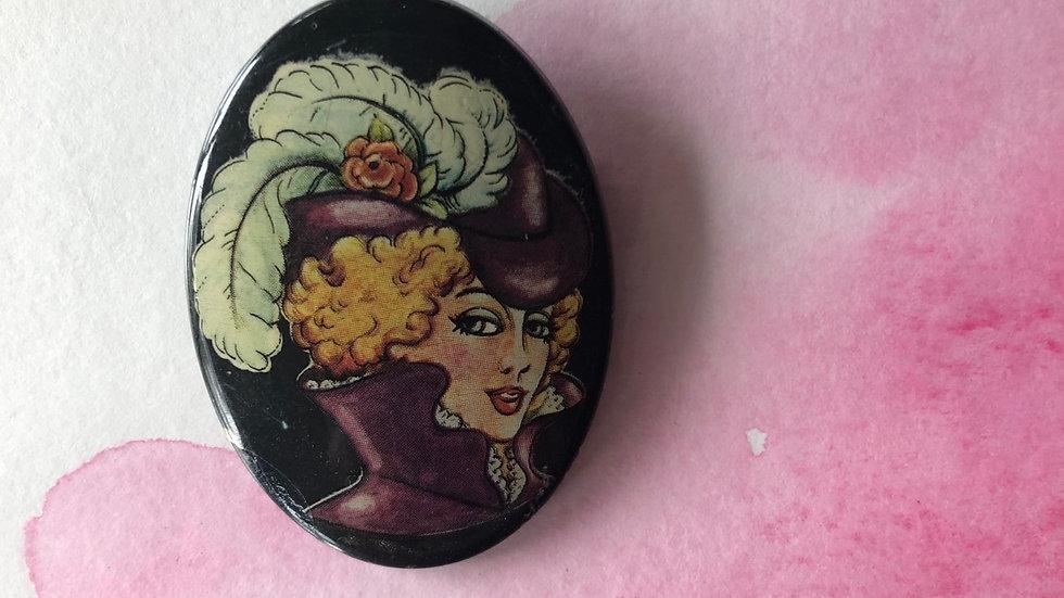 Vintage broche dame met hoed