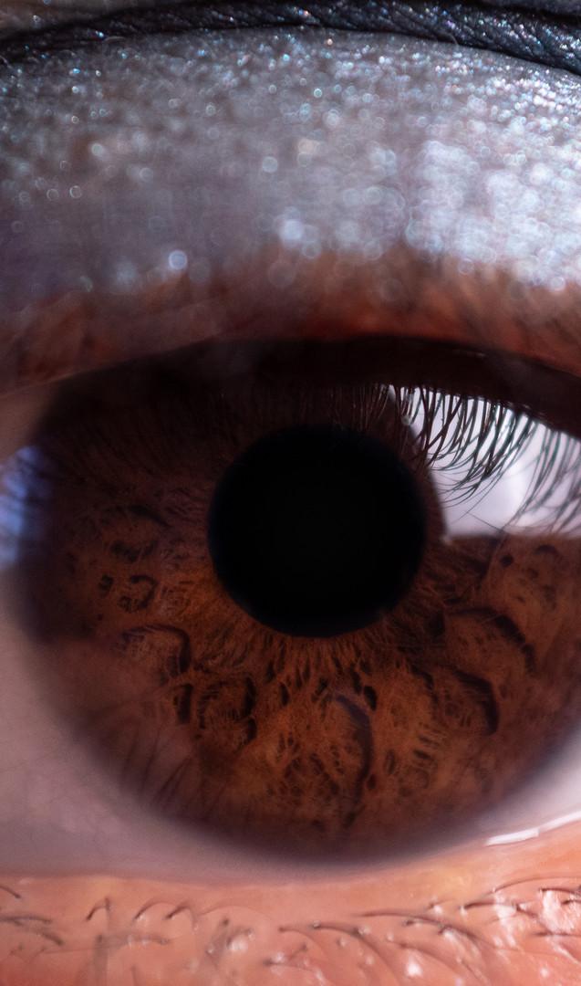 Detalhes de um olho maquiado