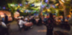 terrasse ombragée, restaurant, lampions, accordéoniste