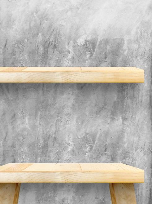 mesa-de-madeira-vazia-e-prateleira-no-mu