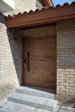 Puerta de madera sólida enchapada en Nogal natural