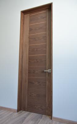 Puerta enchapadas en Nogal con aislante termo-acústico_