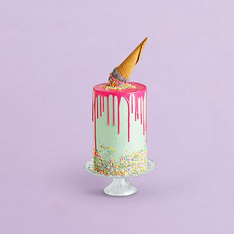 Pastel de cumpleaños decorado con cono d