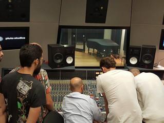נוגעים בכפתורים. סדנת 'אולפן הקלטות' לתלמידי שנה ב', באולפני פלוטו.