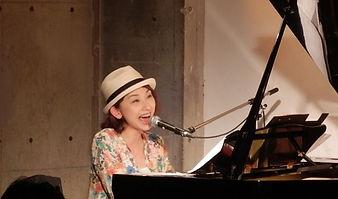 「虹色の音♪」ライブで歌うシンガーソングライターの庄司紗千さん