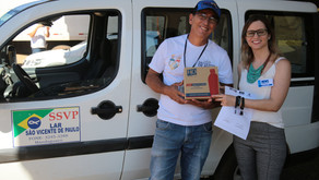 Doação de frascos de álcool em gel para o Asilo São Vicente de Paulo