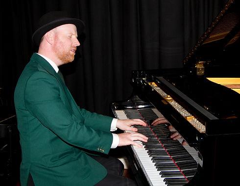 Piano Man Tom - Eyes Closed Playing Gran