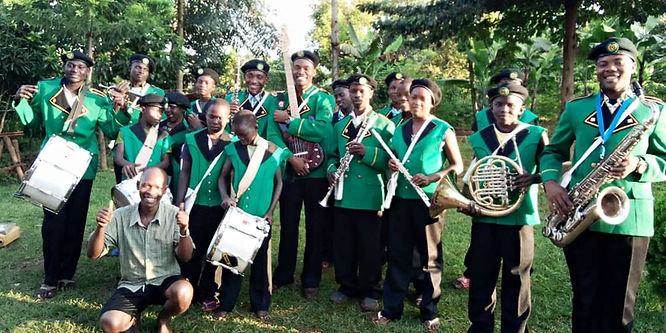 Brassband Bombo in uniformen Kudelstaart