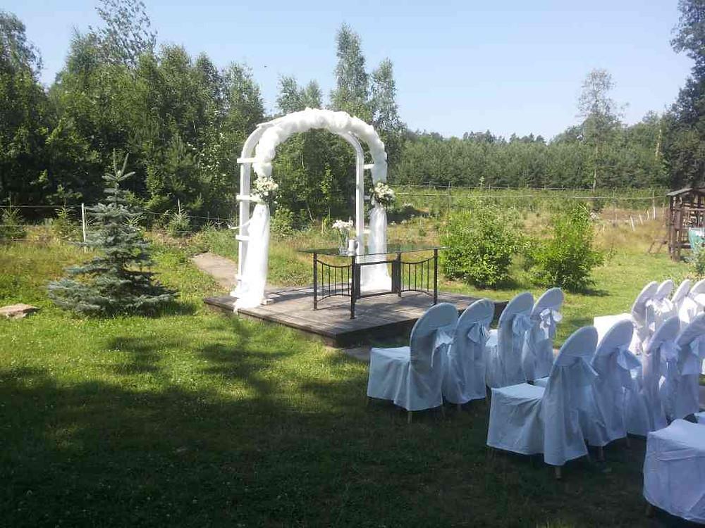 Svatební květinová výzdoba, svatební obřad venku