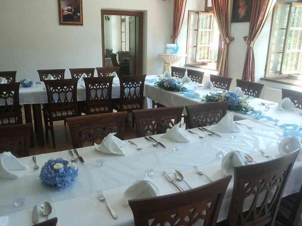 Svatební květinová výzdoba stoly restaurace