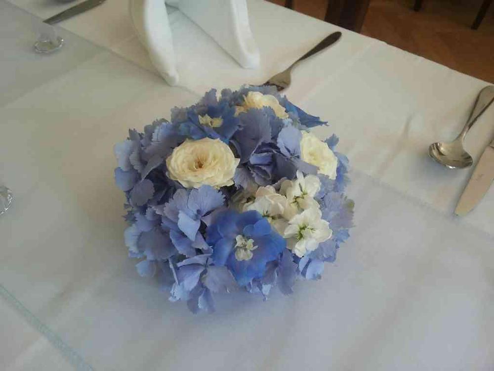 Svatební květinová aranž na stůl
