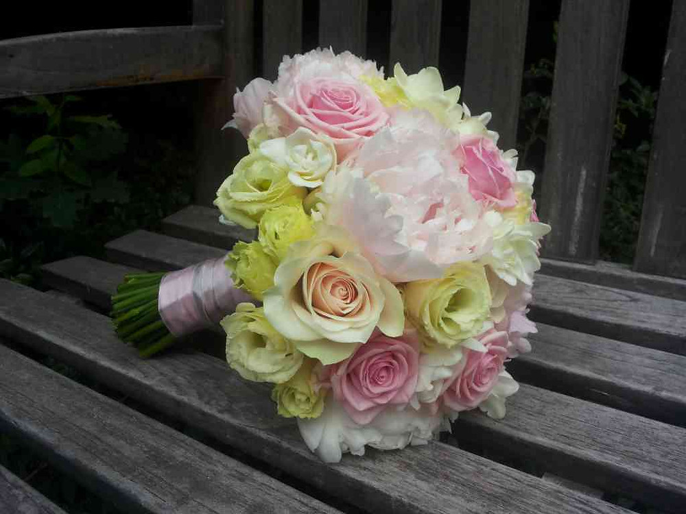 Svatební kytice Pivoňka, Růže, Eustoma, Frézie