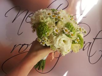 Svatba s heřmánkem (Matricarie, Viburnum, Eustoma, Růže, Frézie)