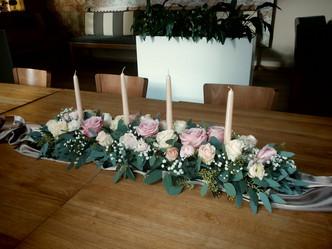 Svatební výzdoba restaurace mix Růží, Eucalyptus a Nevěstin závoj