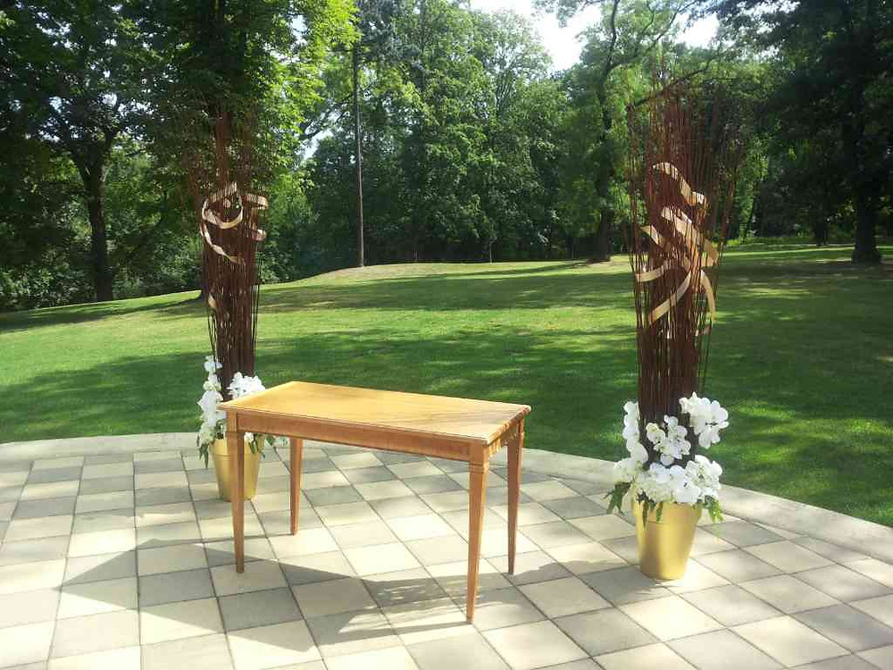 Svatební výzdoba, kombinace lesklých nádob a bílých květů
