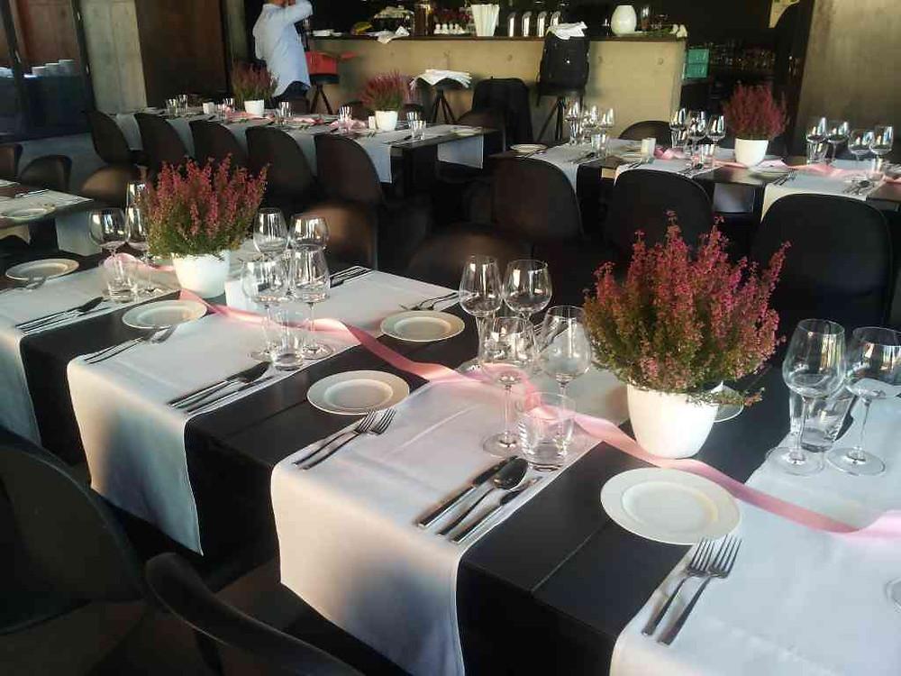 Svatební květinová výzdoba restaurace