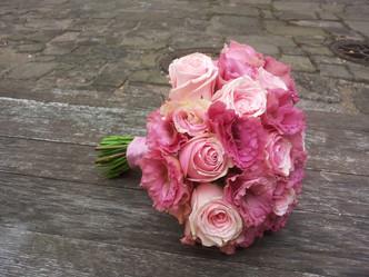 Českoněmecká svatba v Kostelci nad Černými lesy (Růže, Eustoma)