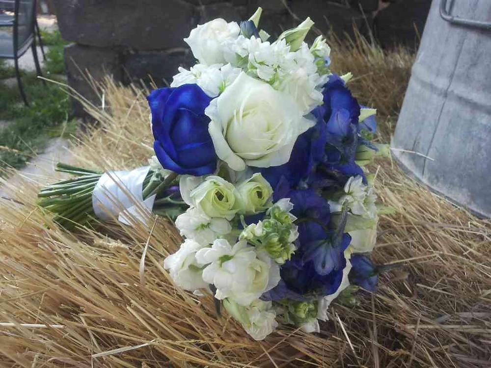 Svatební kytice modré a bílé Růže, Matthiola, Eustoma, Ostrožka