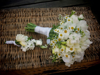 Svatba v bílém na zámku ve Svinařích (Hrachor, Matthiola, Heřmánek a Frézie)