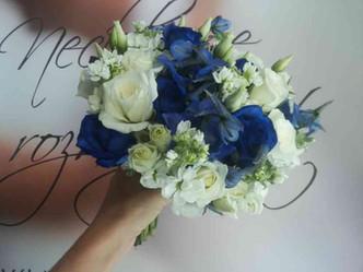 Svatba modré a bílé Růže, Matthiola, Eustoma, Ostrožka