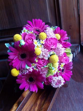 Svatební kytice mix květů (Gerbera, Růže, Craspedia, Scabiosa, Matricaria, Alstromerie a Senecio)