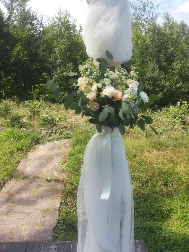 Svatební slavobrána ozdobená květinami