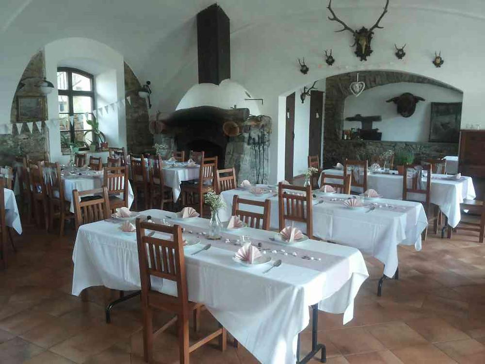 Svatební výzdoba restaurace, květiny a dekorování stolů