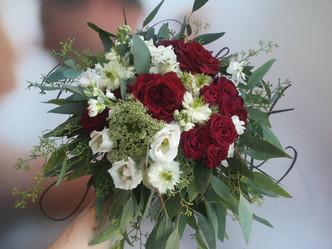 Svatba v Rytířském sále na zámku v Kostelci nad Černými lesy (anglické Růže, drobnokvěté Růže,  Čern