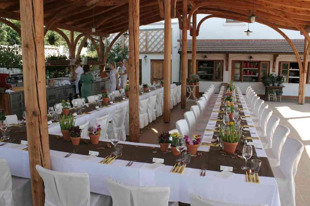 Svatební květinová výzdoba, zahradní slavnost