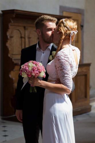 Svatba v sále Smiřických v Kostelci nad Černými lesy (mix růží)