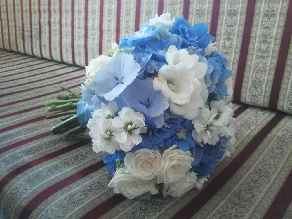 Svatební kytice Ostrožka, Hortenzie, Frézie, Pomněnka, Matthiola, Růže
