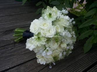 Svatba v zámecké záhradě v Průhonicích (drobnokvěté Růže, Černucha, Frézie, Matthiola a korálky)