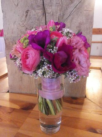 Svatba v růžovém na statku v Benicích (Sasanka, Pryskyřník, Waxflor a Tulipán)