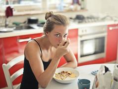 Por muy deliciosos que parezcan, estos alimentos debilitan tu sistema inmune