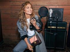 Coach presenta campaña del Día de las Madres con Jennifer Lopez